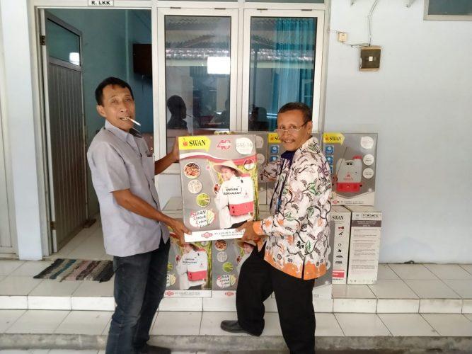 Lurah Mojorejo bagi-bagi Sprayer ke 14 RW se Kelurahan Mojorejo Kecamatan Taman Kota Madiun